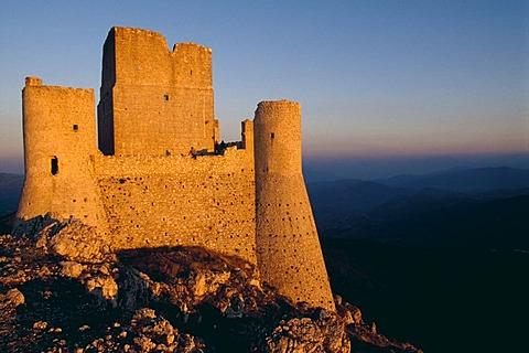 Rocca di Calascio, mountaintop fortress, Campo Imperatore, Abruzzo Region, Italy, Europe