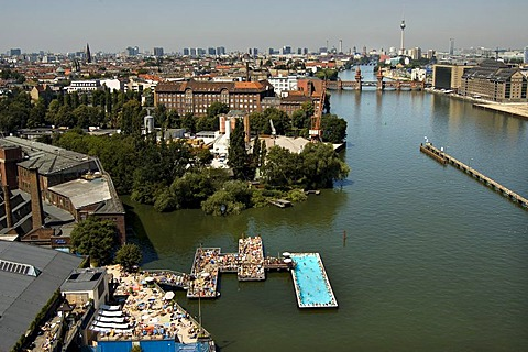 """River Spree with the """"Badeschiff"""", """"bathing ship"""", Oberbaumbruecke and skyline of Berlin Mitte, Berlin, Germany"""