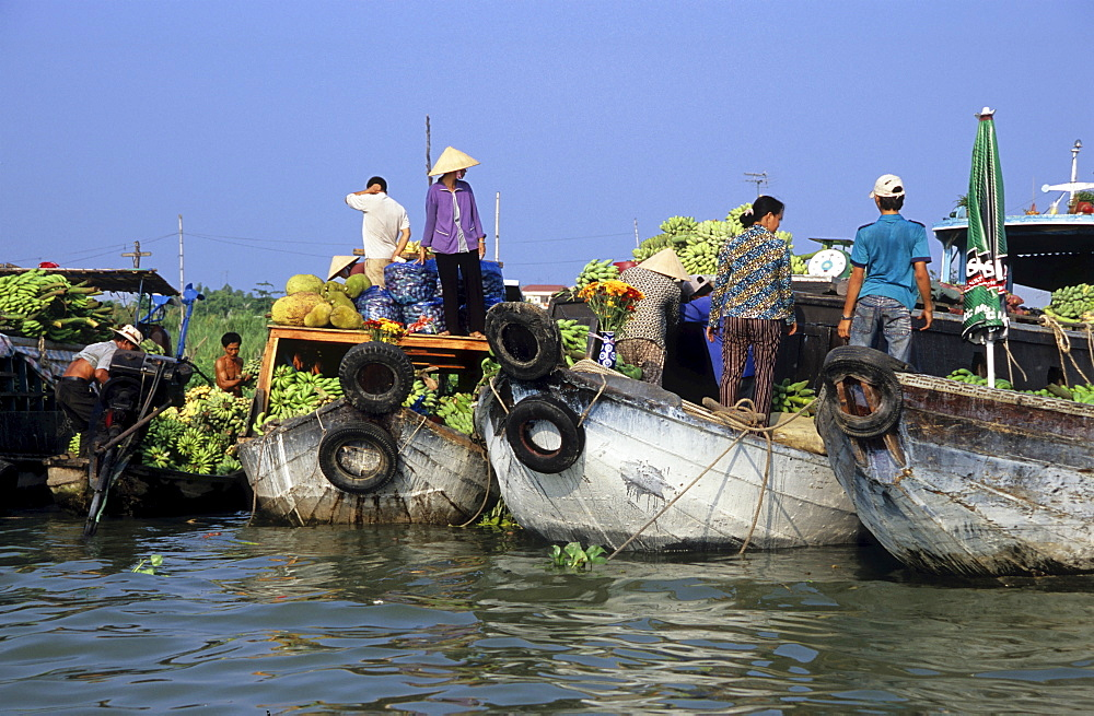 Vendors on boats at the floating market in Long Xuyen, Mekong Delta, Vietnam, Asia