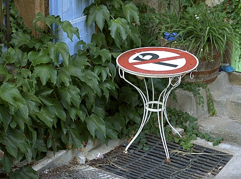 The second life of a parking prohibition sign as desk top for a garden table.