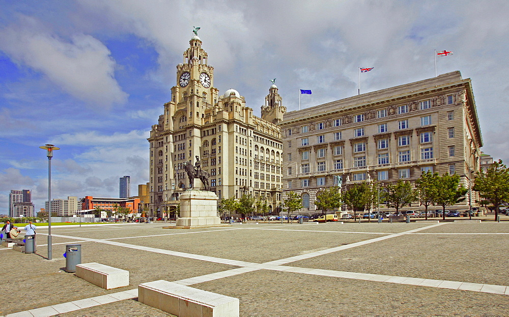 Liverpool, GBR, 22. Aug. 2005 - Royal Liver Building (l.) and the Cunard Building (r.) in Liverpool harbour.