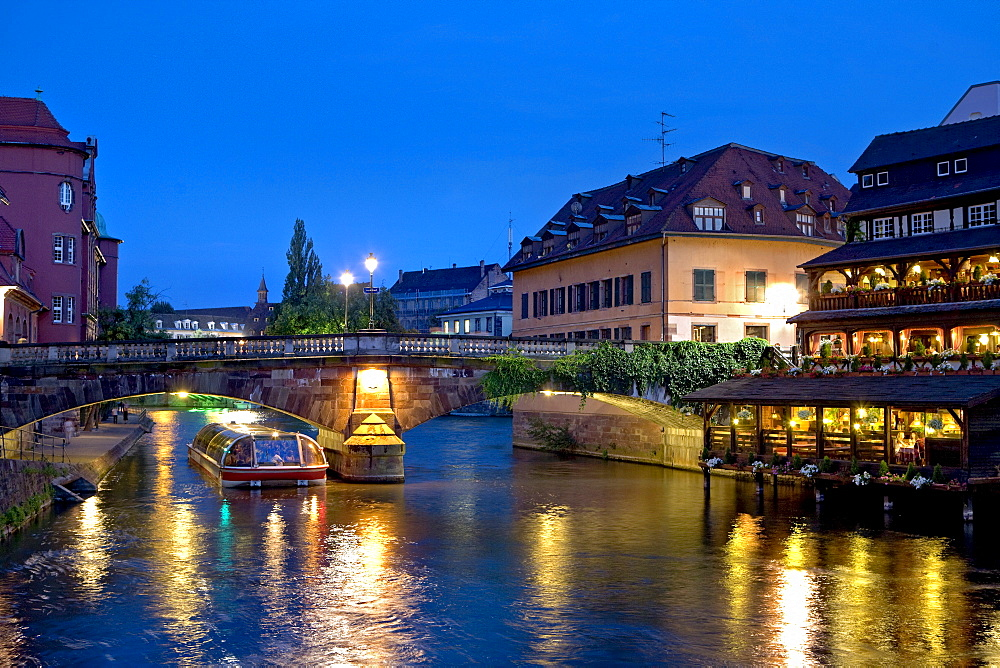 St Martin's Bridge, Petite France, Ill River, Strasbourg, Alsace, France, Europe