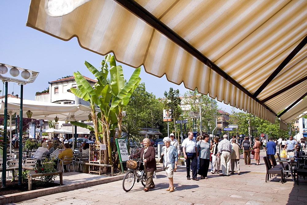 Cafe on the main street Gran Viale, Lido, Venice, Venetian Lagoon, Italy, Europe