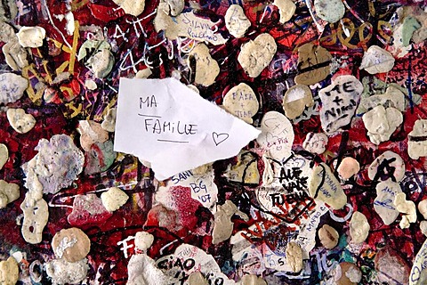 Graffiti with good wishes and chewing gum at the Casa di Giulietta, Juliet's House, Verona, Venice, Italy, Europe