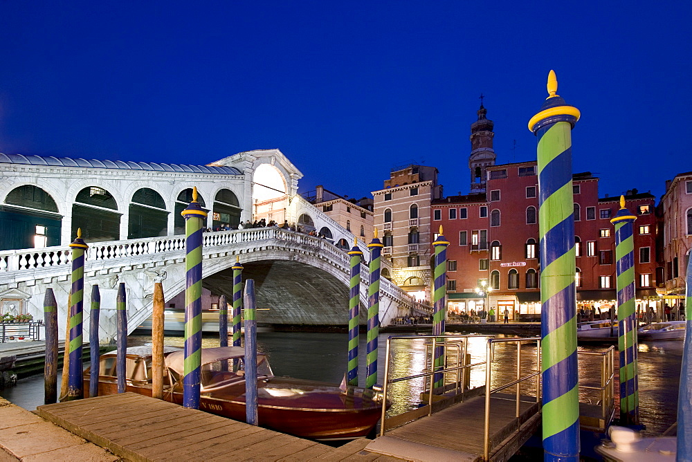 Boat in front of the Rialto Bridge, evening mood, Canal Grande, Venice, Veneto, Italy, Europe - 832-351833