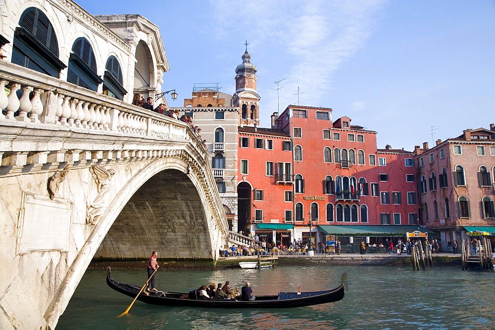 Gondola on the Canal Grande under the Rialto Bridge, Venice, Veneto, Italy, Europe