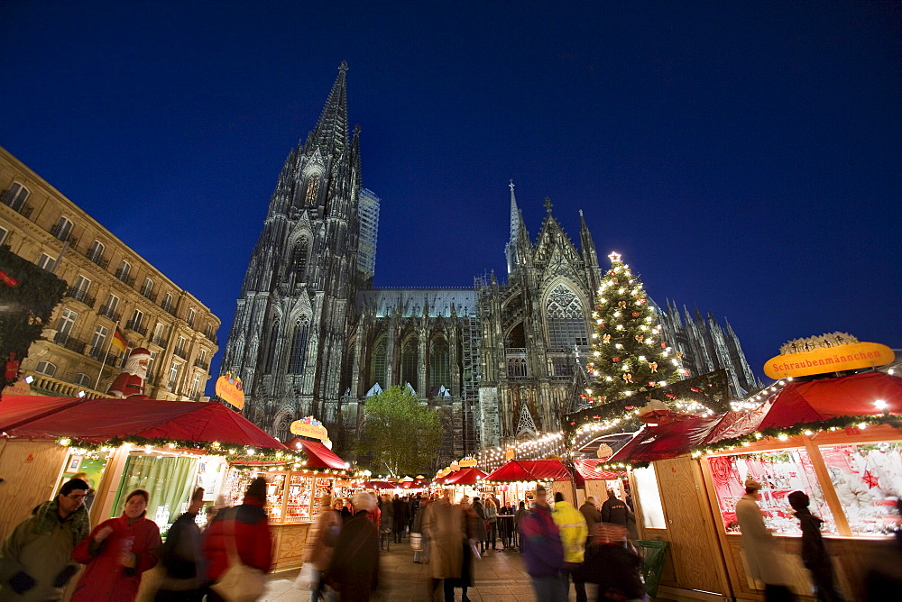 Christmas market stalls and people in front of the Cologne Cathedral, Cologne, North Rhine-Westphalia, Germany, Europe