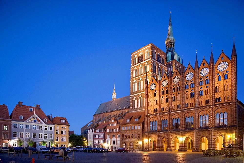 Illuminated Nikolaikirche Church and city hall, Alter Markt Square, Stralsund, Baltic Sea, Mecklenburg-Western Pomerania, Germany, Europe