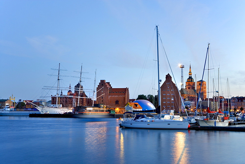 Boats, evening mood in the harbour, view of St Nikolai Church, Stralsund, Baltic Sea, Mecklenburg-Western Pomerania, Germany, Europe