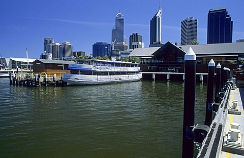 Riverside promenade, waterfront with view of the Perth skyline, Westaustralia