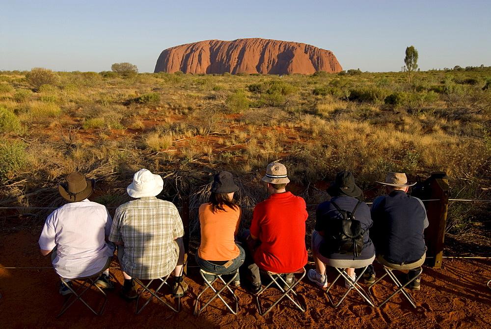 Ayers Rock, called Uluru, magic rock of the Aboriginals, tourists waiting for the sunset, Yulara, Ayers Rock, Northern Territories, Australien, Australia