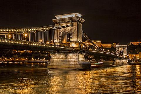 Chain Bridge, Danube, Buda Castle at back, Budapest, Hungary, Europe