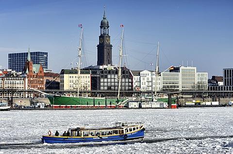 Harbour launch in the winter port of Hamburg, Hamburg, Germany, Europe