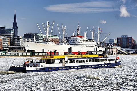 Passenger ship in the winter port of Hamburg, Hamburg, Germany, Europe