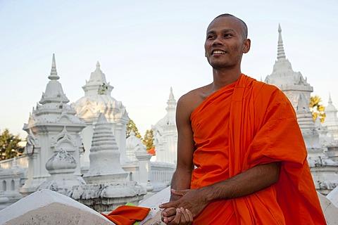Monk wearing an orange robe, Wat Suan Dok, Chiang Mai, northern Thailand, Thailand, Asia