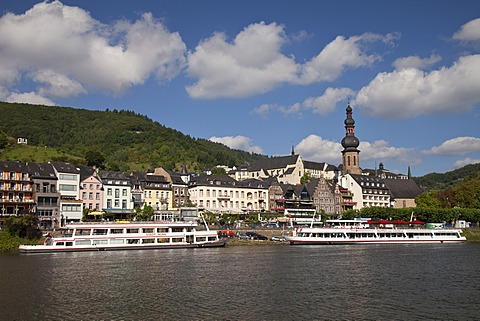 Town view with Moselle river and Catholic parish church of St. Martin, Cochem, Moselle, Rhineland-Palatinate, Germany, Europe, PublicGround