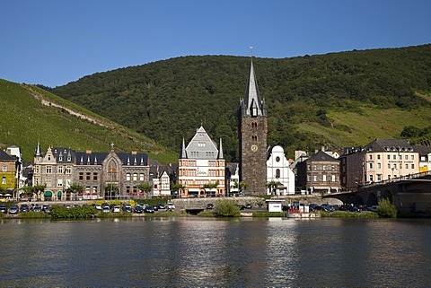 District of Bernkastel with the former Wachturm watchtower and current tower of the Parish Church of St. Michael, Bernkastel-Kues, Moselle, Rhineland-Palatinate, Germany, Europe, PublicGround
