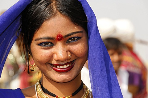 Young Indian woman, portrait, Pushkar, Rajasthan, North India, India, Asia