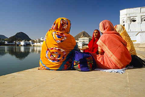 Women chanting to Shiva at the holy Lake of Brahma, Pushkar, Rajasthan, India, Asia
