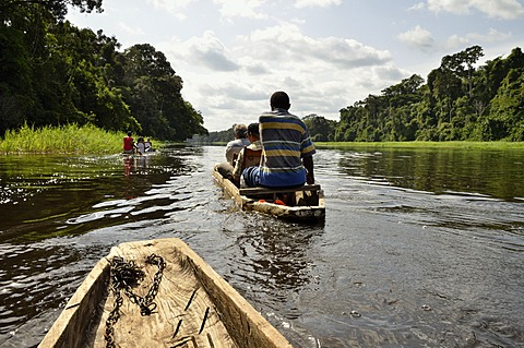 Tourists in canoes on the Nyong river, near Yaoundé, Cameroon, Central Africa, Africa