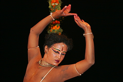 Temple dancer performing at a puja, mass, to honour the goddess Ganga at the Dasashwamedh Ghat on the banks of the river Ganges, Varanasi, Benares, Uttar Pradesh, India, South Asia