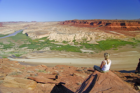 Woman looking over the Glen Canyon National Recreation Area from the Hite viewpoint, Colorado Plateau, Utah, USA