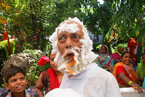 Old man, Sadhu, itinerant monk during a wedding ceremony, Sufi shrine, Bareilly, Uttar Pradesh, India, South Asia