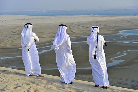 Qatari in traditional clothing with gutra, in front of Khor Al Udeid Beach, Khor El Deid, Inland Sea, desert miracle of Qatar, Emirate of Qatar, Persian Gulf, Middle East, Asia