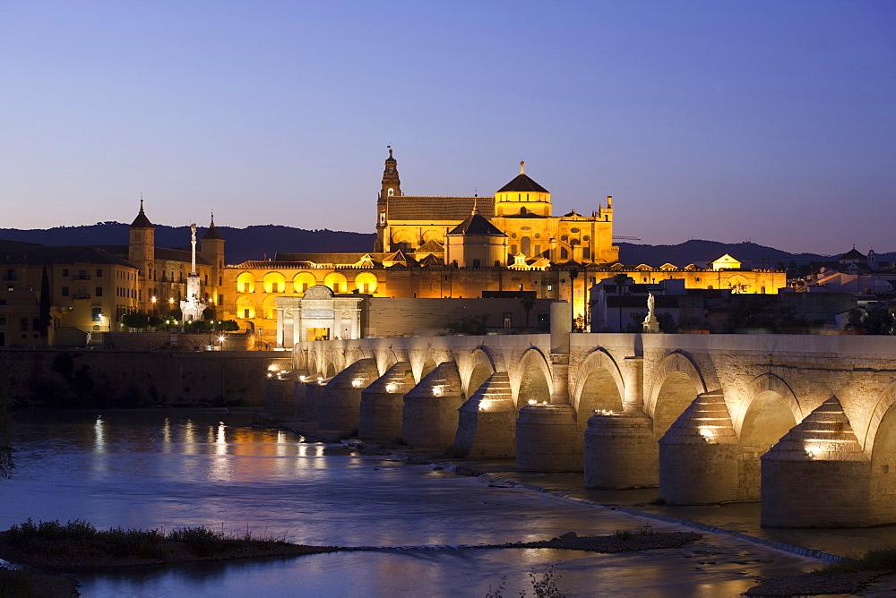 Puente Romano bridge, Mezquita at back, Cordoba, Andalusia, Spain, Europe