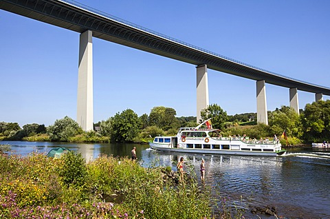 A Weisse Flotte excursion boat from Muelheim, Ruhr valley between Essen-Kettwig and Muelheim an der Ruhr, Ruhrtalbruecke bridge, a motorway bridge across the Ruhr valley, A 52 motorway near Mintard district, Muelheim an der Ruhr, North Rhine-Westphalia, G