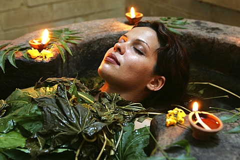 LKA, Sri Lanka : Siddhalepa Ayurveda Resort, ayurvedic herbal bath.