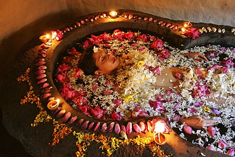 LKA, Sri Lanka : Siddhalepa Ayurveda Resort, ayurvedic flower bath, for relaxation.