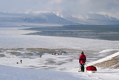 Cross-country skiing with pulkas during the descent to the Sassenfjorden, part of Isfjorden, near Fredheim, in winter, Spitsbergen, Svalbard, Norway, Europe