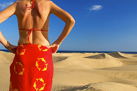 Woman in front of sand dunes of Maspalomas, Gran Canaria, Canary Islands, Spain - 832-370626