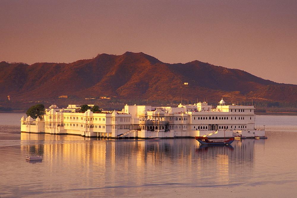 Evening mood, dusk, Taj Lake Palace, Heritage or Palace Hotel, Lake Pichola, Udaipur, Rajasthan, North India, India, Asia