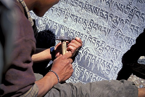 Man carving Tibetan Buddisht mantras on a stone plate, Zanskar Valley, Zanskar, Ladakh, Jammu and Kashmir, Indian Himalayas, North India, India, Asia