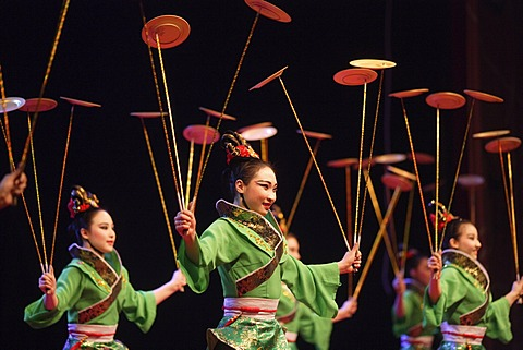 Chinese artists juggling dishes - 832-374415