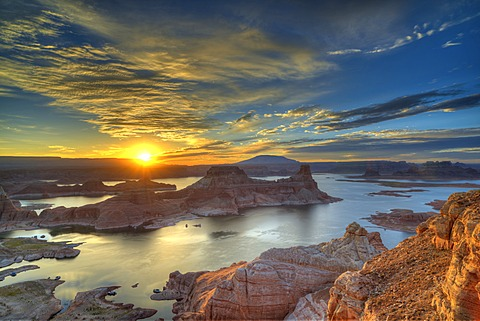 View from Alstrom Point to Lake Powell at sunrise, Padre Bay with Gunsight Butte and Navajo Mountain, houseboats, Bigwater, Glen Canyon National Recreation Area, Arizona, Southwestern USA, Utah, USA