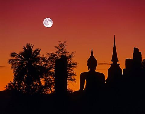Seated Buddha at Wat Mahathat, silhouette at dusk, full moon, Sukhothai Historical Park, Sukhothai, Sukhothai Province, Northern Thailand, Thailand, Asia