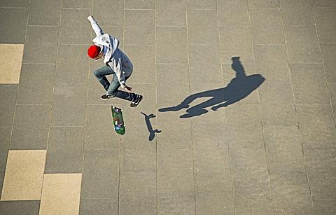 Skater at a skate park, Cologne, Rhineland, North Rhine-Westphalia, Germany, Europe