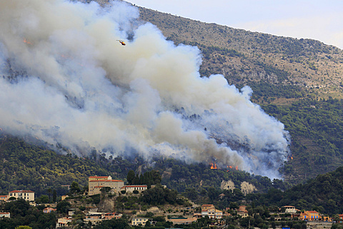 Fire extinction, firefighting aircraft Dash 8 Q400 MR, French Sécurité Civile, dropping seawater, large-scale forest fire in Castellar, Maritime Alps, Provence-Alpes-Côte d'Azur, France, Europe