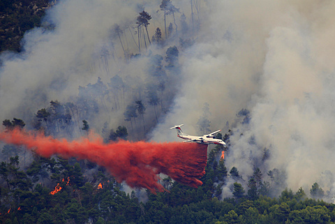 Fire extinction, firefighting aircraft Dash 8 Q400 MR, French Sécurité Civile, dropping extinguishing agent, large-scale forest fire in Castellar, Maritime Alps, Provence-Alpes-Côte d'Azur, France, Europe