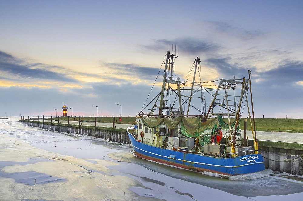 Boats in the harbour, ice on the water, Kleiner Preusse lighthouse behind, Wadden Sea, Wremen, Lower Saxony, Germany, Europe