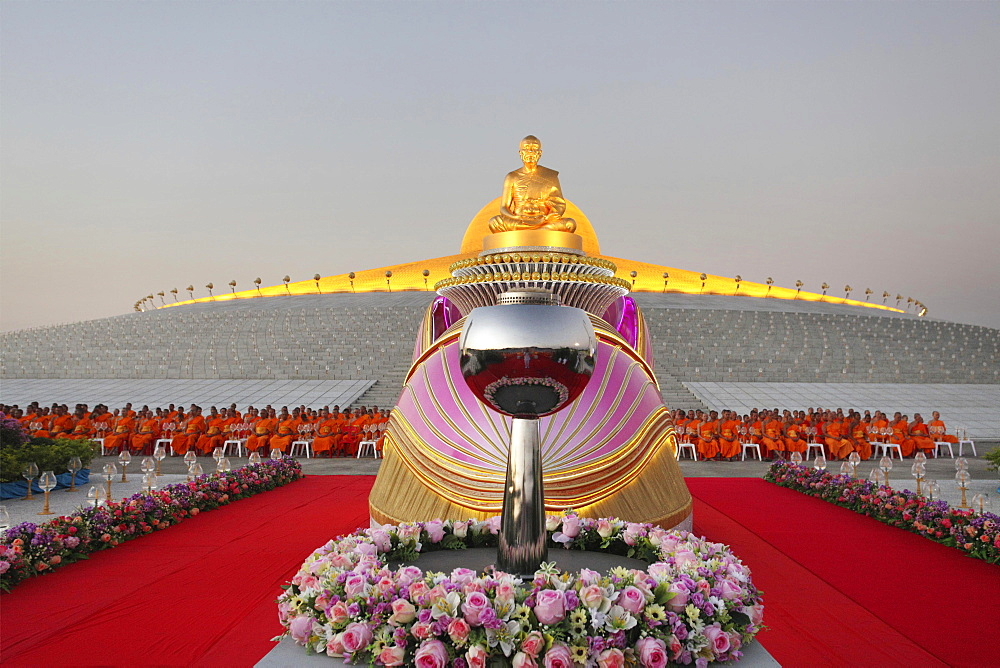 Wat Phra Dhammakaya temple, Golden statue of Phra Mongkol Thepmuni in front of the Chedi Mahadhammakaya Cetiya, Phramongkolthepmuni, Khlong Luang District, Pathum Thani, Bangkok, Thailand, Asia