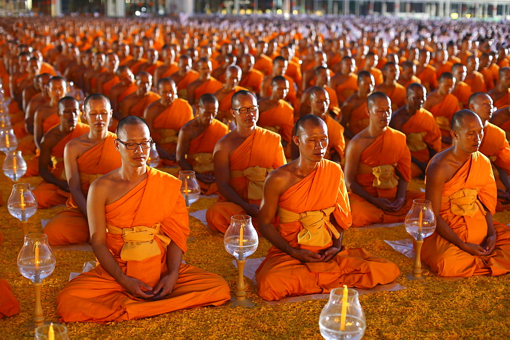 Monks sitting in a row meditating, Wat Phra Dhammakaya Temple, Khlong Luang District, Pathum Thani, Bangkok, Thailand, Asia