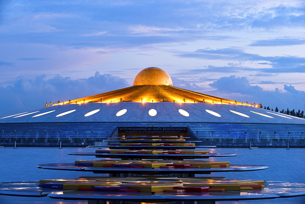 Phra Mongkol Thepmuni Memorial Hall, Golden dome of Phramonkolthepmuni meditation hall, spaceship, UFO, Khlong Luang District, Pathum Thani, Bangkok, Thailand, Asia