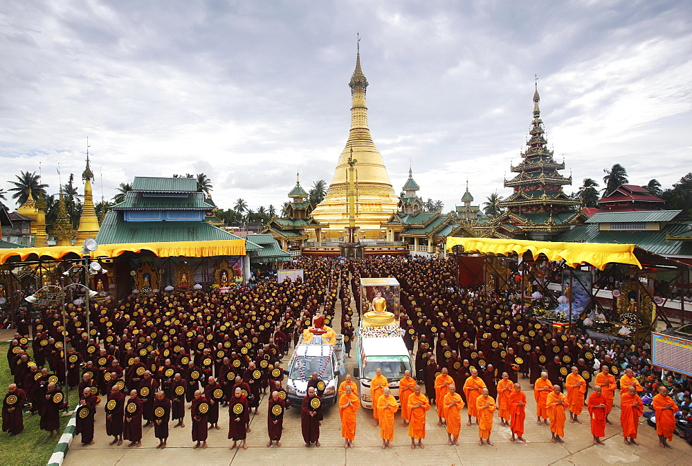Buddhist monks at the Shwe Taung Pagoda, Bigboon Pilgrims' procession, Dhammakaya Foundation, Dawei, Tanintharyi Region, Myanmar, Asia
