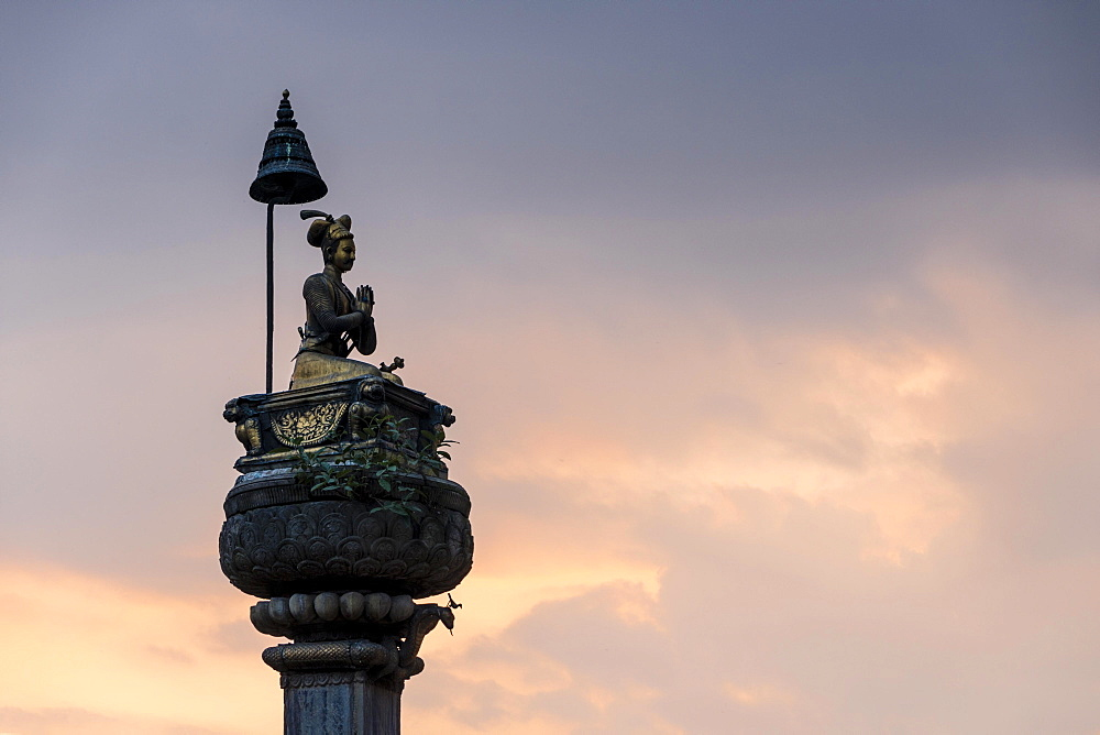 King's Statue Pillar at sunset, Durbar Square, Bhaktapur, Bhaktapur District, Nepal, Asia