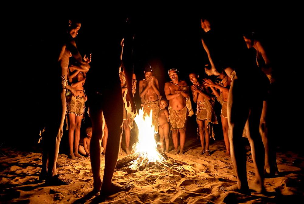 Bushmen of the Ju/' Hoansi-San stand by the campfire, village //Xa/oba, near Tsumkwe, Otjozondjupa region, Namibia, Africa