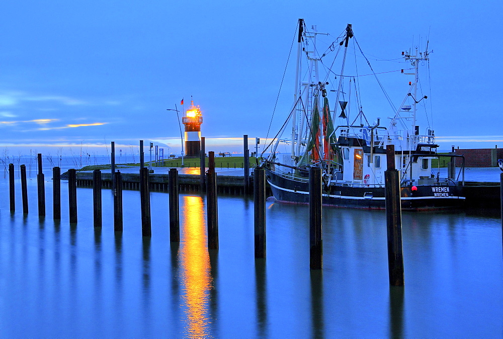 Shrimp Cutter Harbour and Lighthouse Kleiner Preusse with Christmas Tree, Wremen, Land Wursten, Weser estuary, North Sea coast, Lower Saxony, Germany, Europe